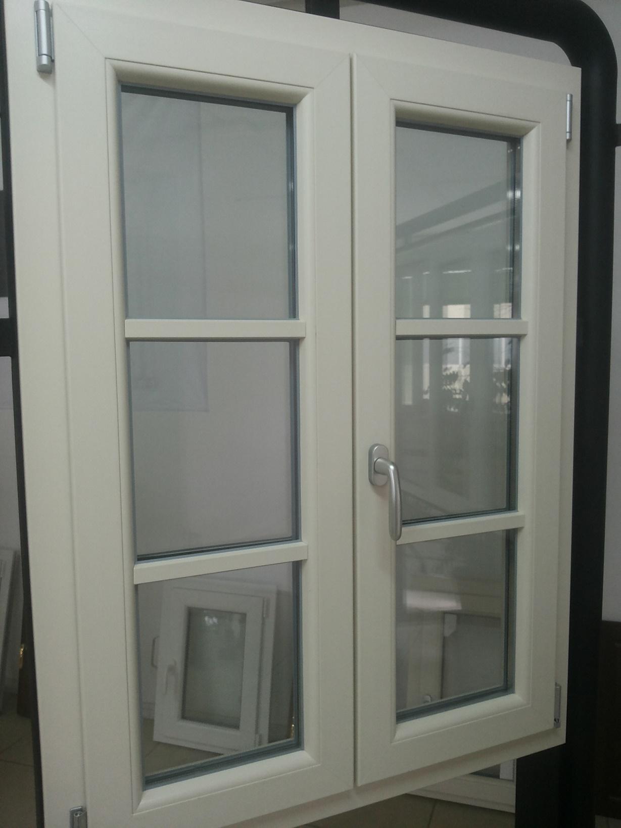 Infissi in alluminio e pvc by lineal due viareggio for Finestra legno bianco