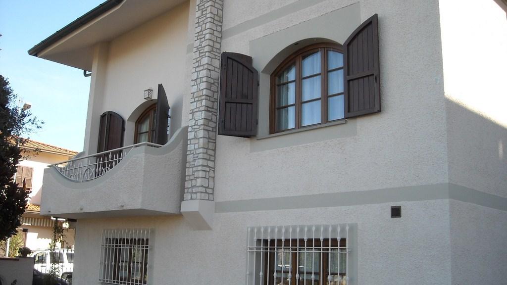 Infissi in legno finestre by lineal due viareggio - Finestre ad arco ...